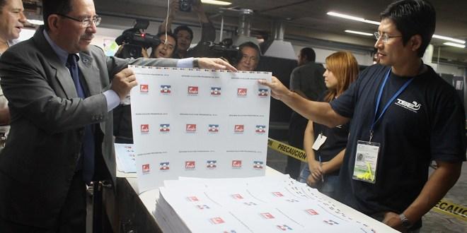 Presidente del TSE verifica impresión de papeletas para segunda vuelta electoral