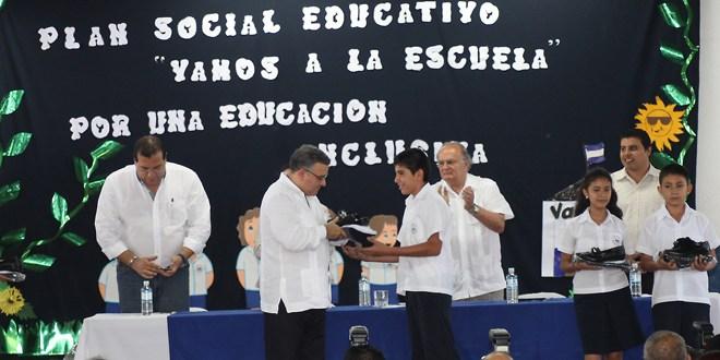 Presidente confirma entrega  del 95% de los paquetes escolares
