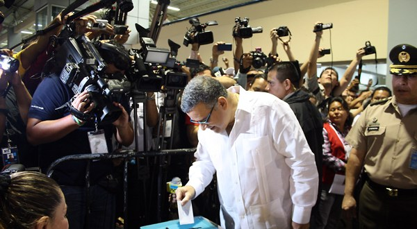 Presidente Funes emite sufragio en medio de vítores