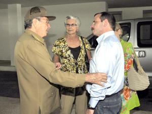 Millones de abrazos para Fernando: Raúl lo recibió en nombre del pueblo de Cuba