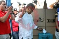 Oscar Ortiz, candidato a la vicepresidencia por el FMLN, emite su voto en el Parque de la Colonia Las Palmeras, en Santa Tecla. Foto Diario Co Latino / Josué Parada
