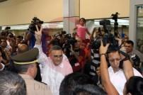 El presidente de la República, Mauricio Funes, emitió su voto en el CIFCO, rodeado por una multitud de simpatizantes y periodistas. Foto Diario Co Latino / Rosa Campos
