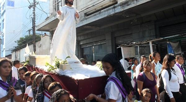 Católicos expresan su fervor en actividades religiosas durante la Semana Santa