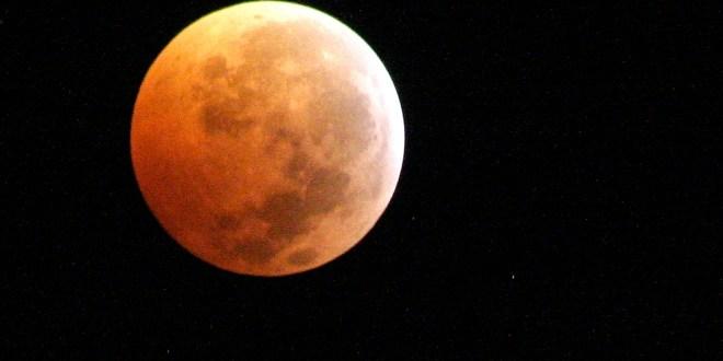 Salvadoreños disfrutan de la primera Luna sangrienta