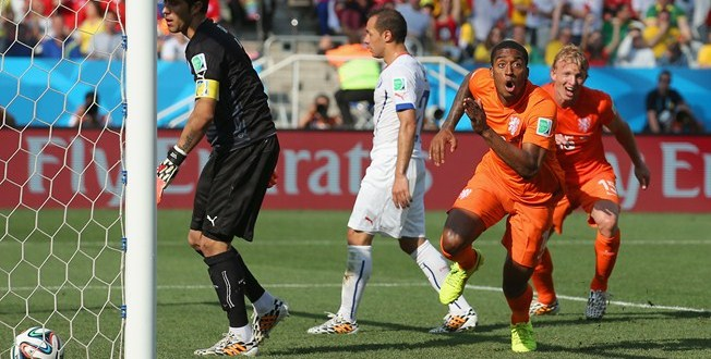 Holanda vence por 2-0 a Chile y gana invicto el Grupo B