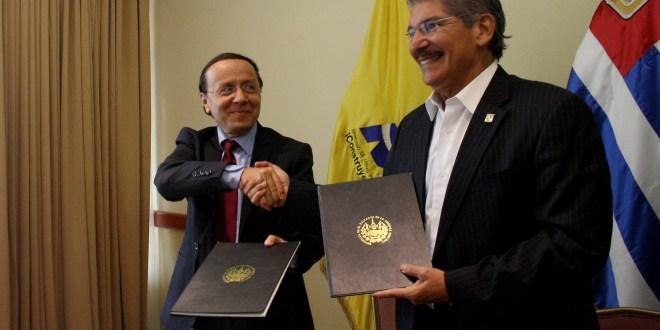 MOP y Alcaldía de San Salvador firman convenios para intercambiar terrenos