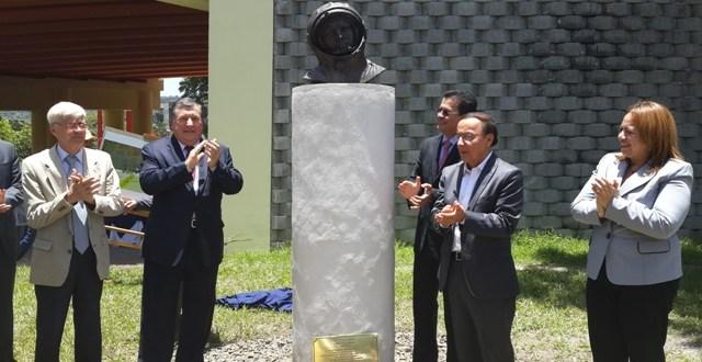 Autoridades develan busto en honor a Yuri Gagarin primer cosmonauta ruso