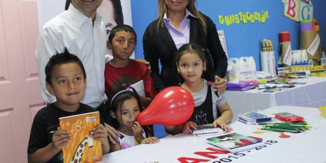 Armando Flores entrega paquetes escolares en el inicio del año lectivo