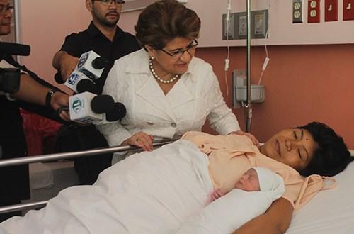 Hospital Nacional de la Mujer recibe primeros bebés del 2015 por partida doble