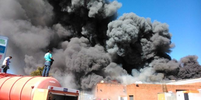 Voraz incendio consume bodega en centro comercial