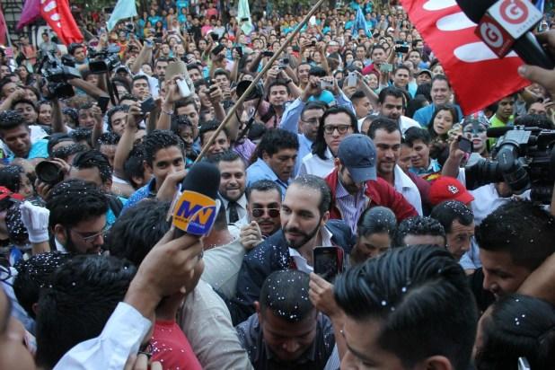 Nayib Bukele, candidato a la alcaldía de  San Salvador  por el FMLN,  a su llegada  a la Universidad  de El Salvador. Foto Diario  Co Latino/ Rodrigo Sura