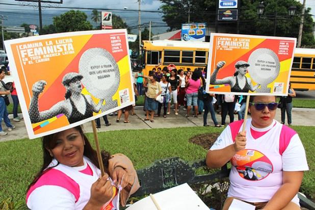 Organizaciones feministas y de otros organizaciones sociales conmemoran el Día por la Despenalización del Aborto.  Foto Diario Co Latino/ Guillermo Martínez