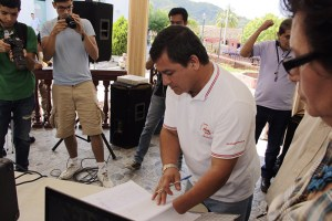 El Alcalde de Arcatao, José Alberto Avelar, recibe la solicitud de las comunidades para una consulta pública y crear una ordenanza municipal en contra de la  minería. Foto Diario Co Latino