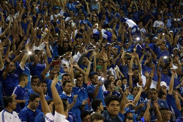 La afición salvadoreña colmó los graderíos del estadio Cuscatlán para apoyar a la selecta. Foto Diario Co Latino/Rodrigo Sura