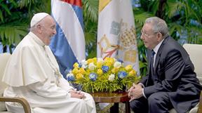 El papa Francisco sonríe durante su entrevista con el presidente de Cuba Raúl Castro.