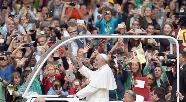 """Francisco pide abandonar """"divisiones estériles"""" en masiva misa de adiós en Estados Unidos"""