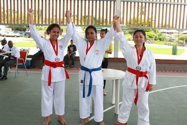 La salvadoreña Marcela Arce (al centro) obtuvo dos preseas doradas en katas y combate respectivamente. Foto Diario Co Latino/ Josué Parada.