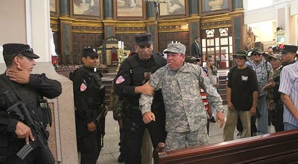 Veteranos interrumpen actividades en Catedral