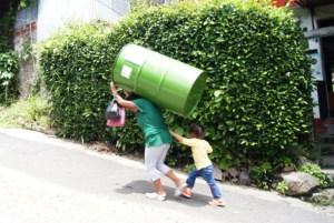 Julia, una de las afectadas, se ganó un barril y no pensó dos veces para cargarlo. Foto Diario Co Latino/cortesía
