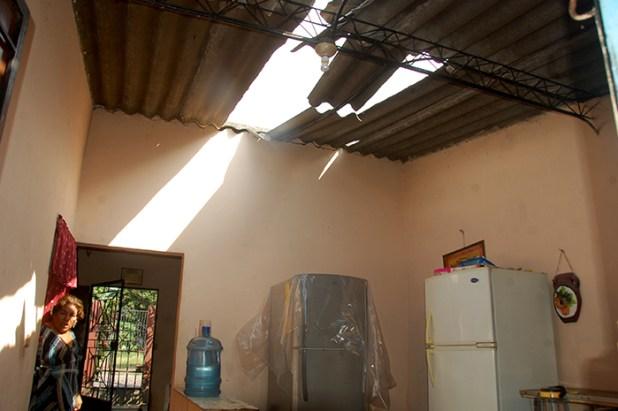 Algunas casas cercanas al regimiento de Caballería resultaron dañadas en sus techos debido a la onda expansiva de la detonación de los artefactos resguardados en el polvorín de Caballería. Foto Diario Co Latino/Juan Carlos Villafranco.
