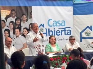 Salvador Sánchez Cerén, Presidente de la República, se dirige a los invitados en el programa Casa Abierta. Le acompañan el Ministro de Educación Carlos Canjura; Margarita Villalta, Primera Dama, y Ramón Rivas, Secretario de Cultura.   Foto Diario Co Latino.