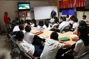 Alumnos reciben refuerzo de naturales en clases con vídeos. Foto Diario Co Latino/Juan Carlos Villafranco
