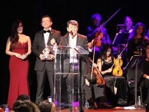 Álvaro Torres se dirigió al público agradeciendo por ese reconocimiento y por el apoyo que ha recibido en su carrera.