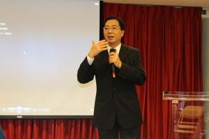 El Dr. Chinsing You explica cómo funciona la Fundación para la Democracia en Taiwán.  Foto Antonio Valencia/Diario Co Latino.