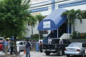 Fachada principal del Centro Nacional de Registros (CNR).  Foto Diario  Co Latino