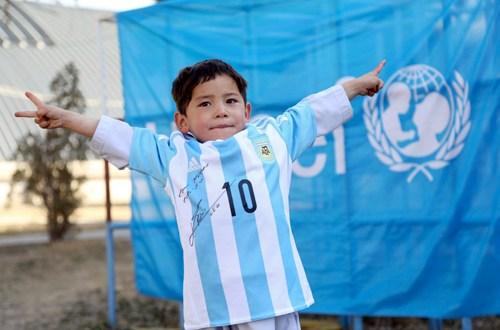 Messi envía camisa a niño afgano que hizo una camiseta con una bolsa