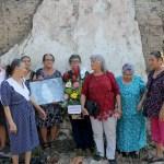 Un grupo de señoras del Comité de Víctimas de las Violaciones de los Derechos Humanos (CODEFAM), presentan una ofrenda floral y la fotografía Marianella García Villas, en la conmemoración de su muerte. Foto Diario Co Latino / Jorge Rivera.