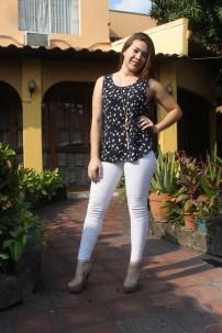 Para una tarde con las amigas en un centro comercial o disfrutar de un café este outfit es el ideal. Fotos Diario Co Latino/ Ricardo Chicas Segura