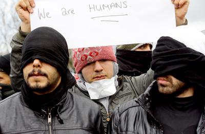 """Bocas cosidas de inmigrantes iraníes dan una nueva dimensión a la crisis de la """"jungla"""""""