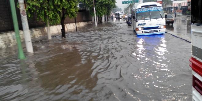 Lluvias ocasionan inundaciones y accidentes en San Salvador