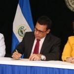 Titulares de diferentes instituciones de Estado firmaron un convenio para beneficiar con prestaciones sociales a veteranos y ex combatientes del ejército y el FMLN.  Foto Diario Co Latino.