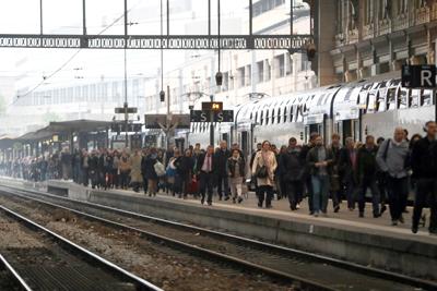 Huelga indefinida de trenes aumenta la tensión en Francia