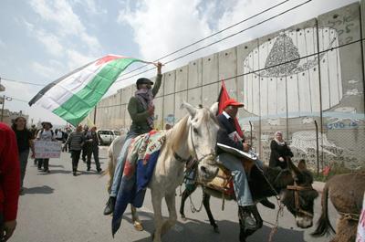 Una multitud acude a Belén para la Navidad y Europa festeja pendiente de su seguridad