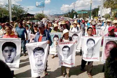 Familiares de los 43 desaparecidos de Ayotzinapa inician marcha
