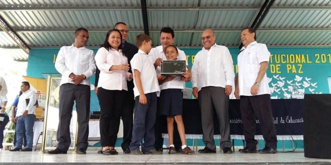 MINED entrega computadoras y kits  de robótica a  escuelas de Chalatenango