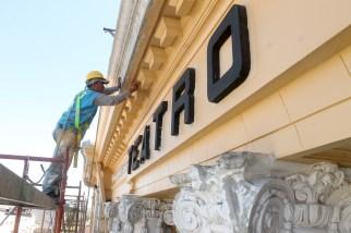 Samuel Gutierrez, empleado de la Alcaldía de San Salvador, de 30 años, realiza los retoques de pintura en la fachada del teatro Nacional. Foto Diario Co Latino / Ricardo Chicas Segura