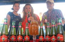 Gloria Elizabeth González, presidenta de la fabrica de Cerveza de Balsamo, Ana Yannette Gonzalez de Garcia, alcaldesa de Tepecoyo y Arnoldo Flores, representante de proceso de Cerveza. Fotos Diario Co Latino / Ricardo Chicas Segura