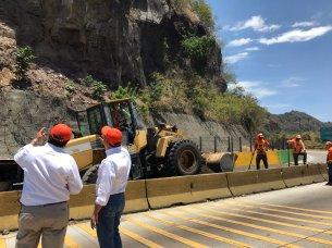 Los trabajos continúan por parte del MOP, que se incorporó a los trabajos de demolición de rocas luego del derrumbe ocasionado por un temblor de 5.1 grados. Foto Diario Co Latino.