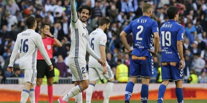 Real Madrid y Barcelona golean para mantener su lucha por el título