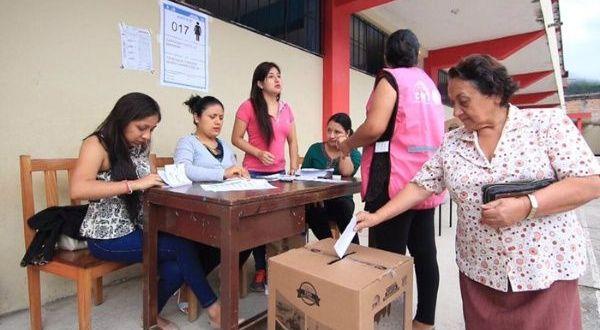 Cierran mesas de votación en Ecuador y comienza escrutinio