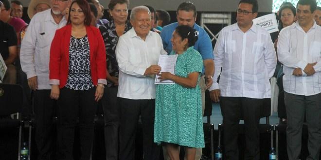 Presidente Sánchez Cerén entrega  5 mil escrituras de propiedad