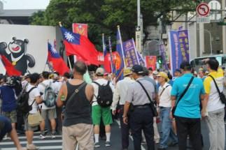 Los manifestantes que obstaculizaron la llegada del total de las delegaciones a inmediaciones del lugar de la ceremonia inaugural. Foto Diario Co Latino.