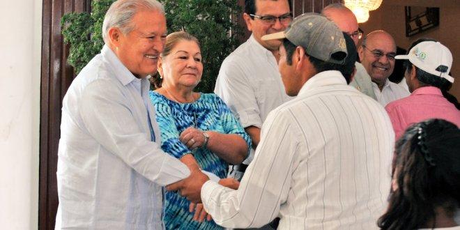 """""""Nuestro compromiso es garantizar el bienestar de las familias en los ex bolsones"""": Sánchez Cerén"""