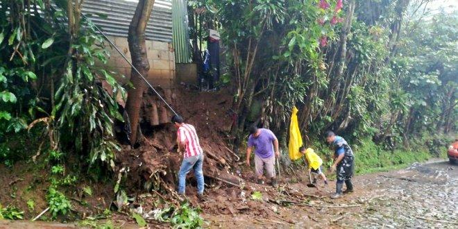 Constantes lluvias de las últimas horas provocan desprendimientos de tierra y dos fallecidos