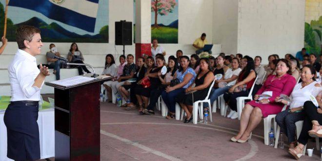 """""""Ciudad Mujer"""" gradúa en especialidades técnicas y vocacionales a 300 mujeres"""