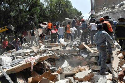 Rescates tras potente terremoto en México avanzan lentamente y contra el reloj